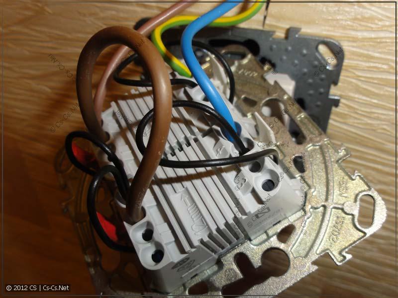 Провода подключены параллельно контактам кнопок