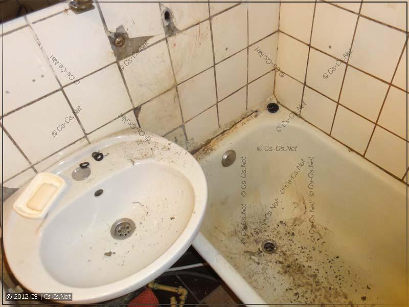 Обстановка в ванной после визита ЖЭковского сантехника