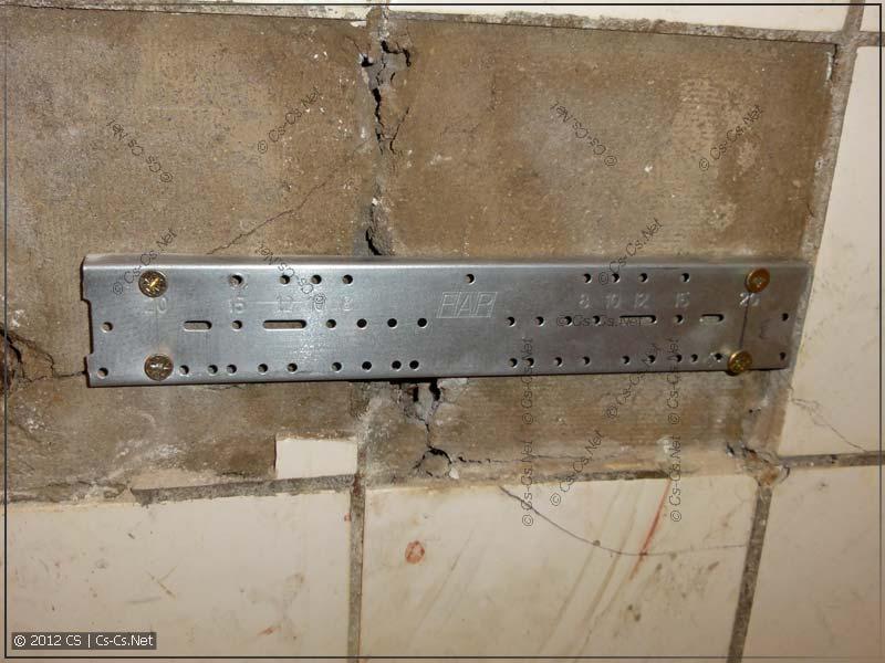Прямо поверх стен (бюджетно, срочно и в лоб) монтируем планку под смеситель