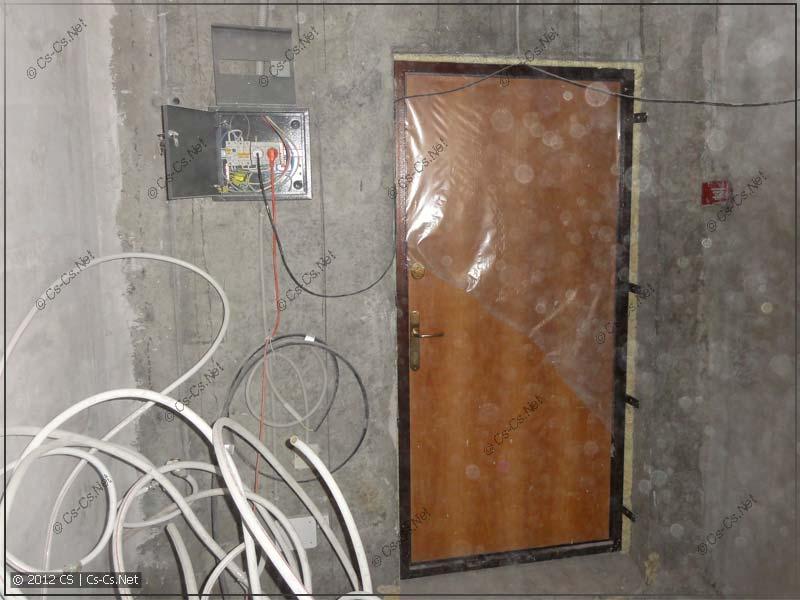 Новостройка встречает нас как обычно: временным щитком и входной дверью