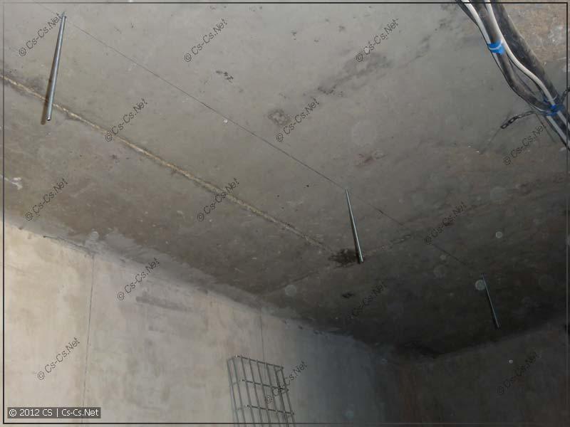 Сверлим потолок, забиваем анкера и вкручиваем шпильки