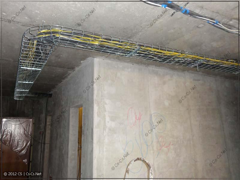 Лотки заполнены кабелями