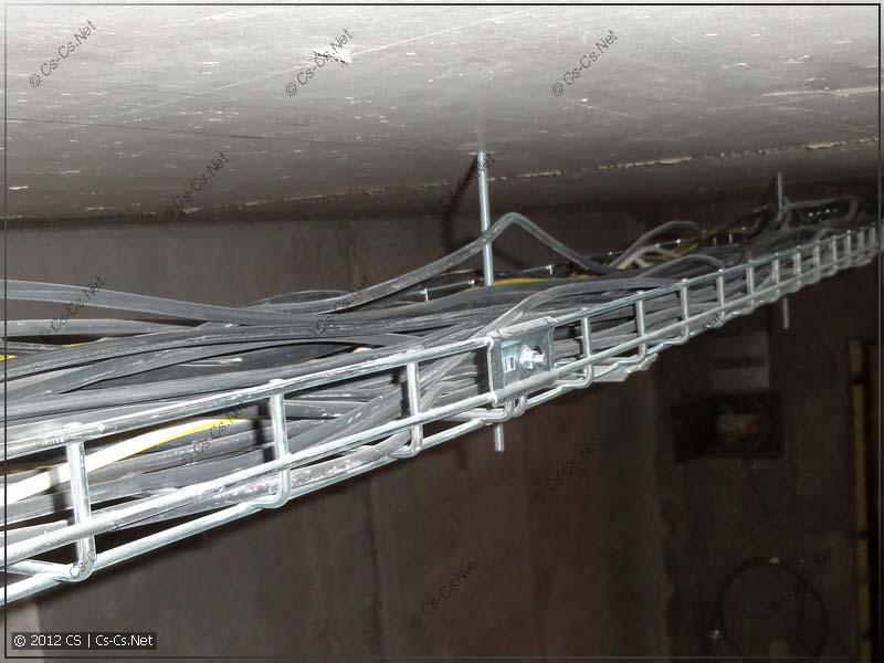 Ширина лотков позволила набросать кабели как попало