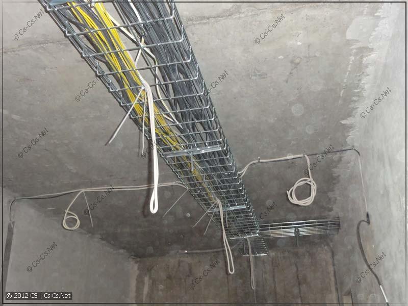 Все кабели полностью уложены. Кабели для светильников спущены прямо с лотков