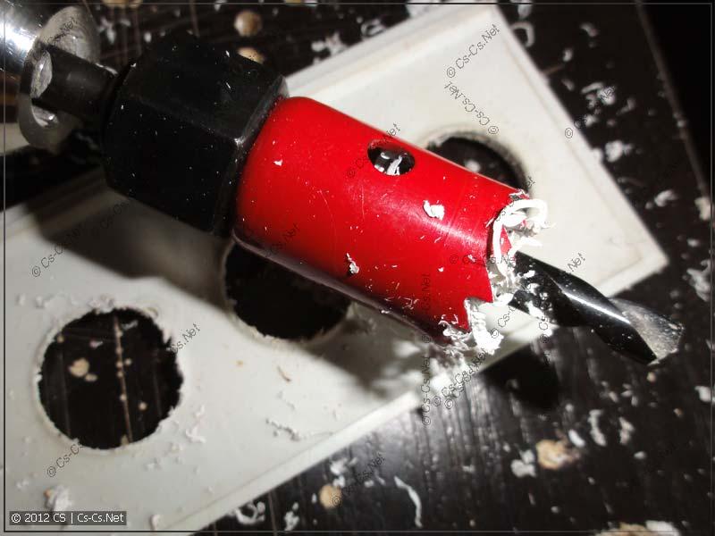 Высверливаем отверстия под вводы кабелей
