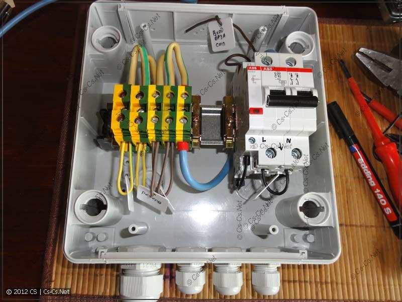 Внутренности вводного щита: ГЗШ на клеммниках, вводной автомат, индикатор