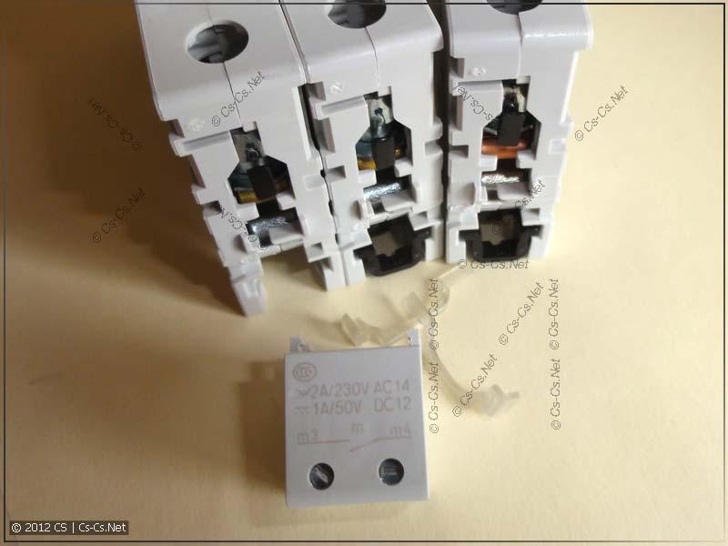 Сигнальный контакт S2C-H10 (нижний) и автоматы серии S200