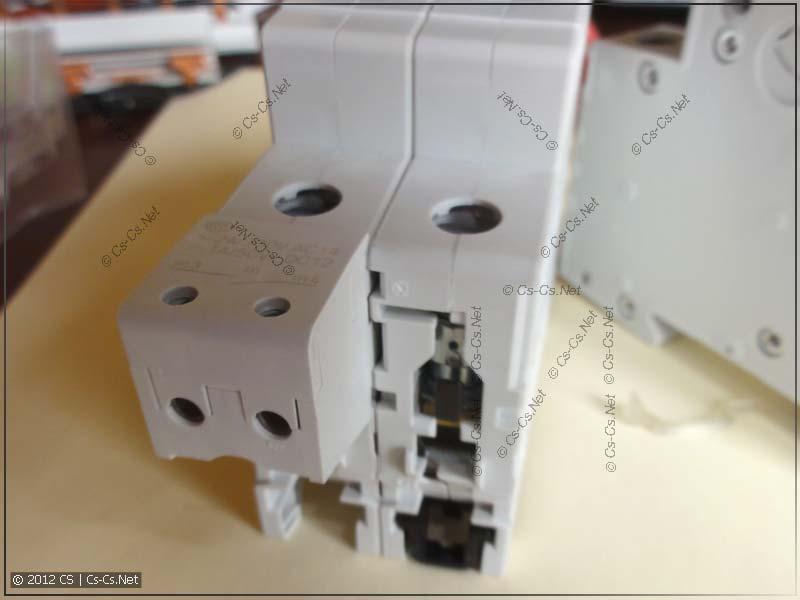 Тот же самый контакт, прищёлкнутый к двухполюсному автомату (S202)