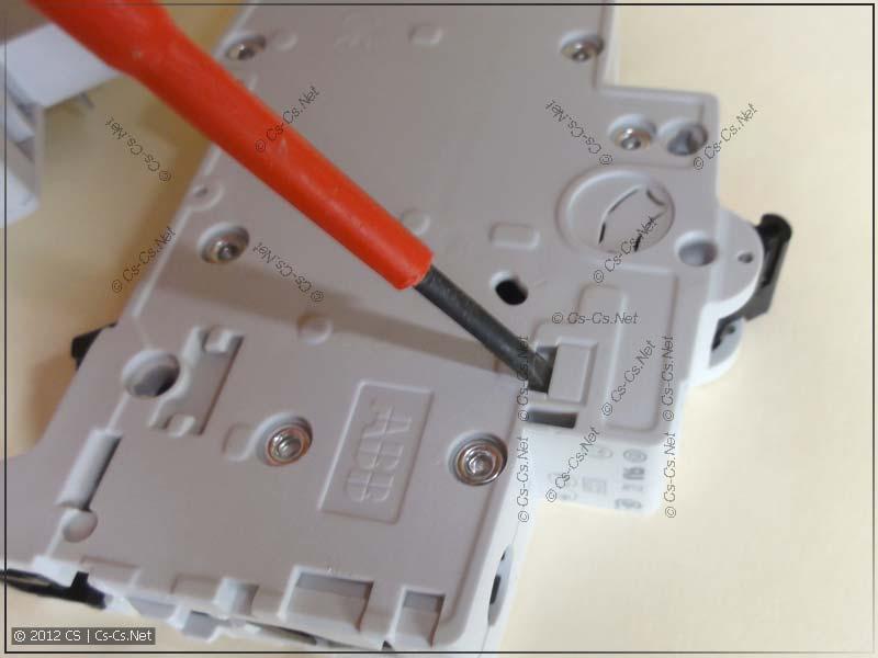 Выламываем окошко в автомате при помощи подходящей отвёртки