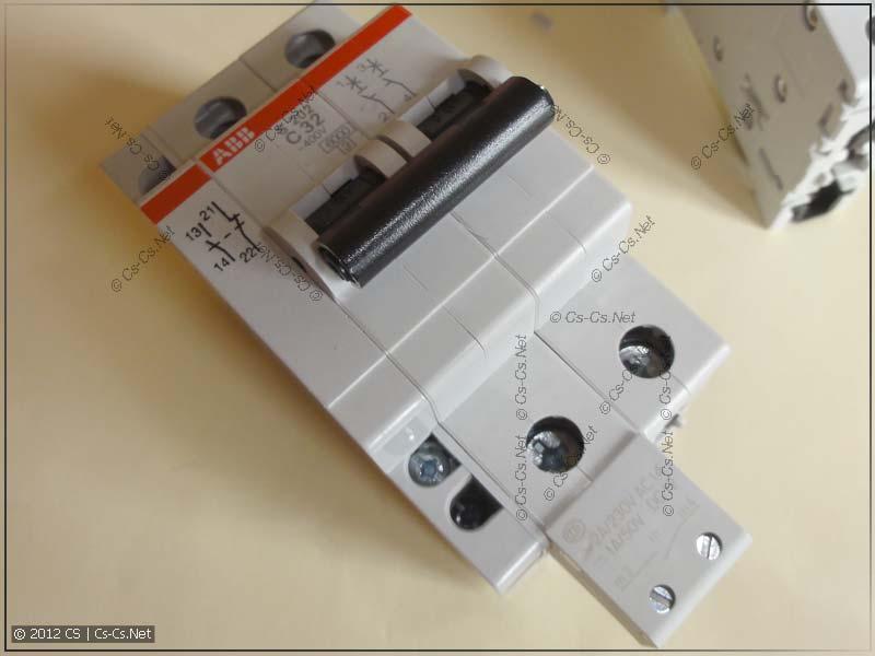 Автомат ABB S202 с прищёлкнутыми боковым и нижним сигнальными контактами