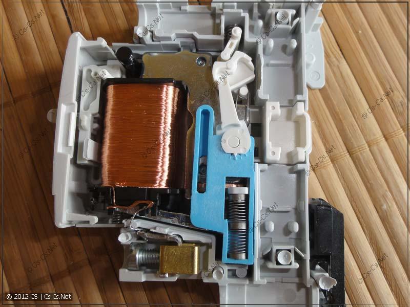 Внутренности импульсного реле ABB E251-230