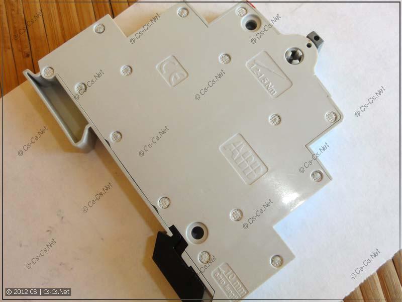 На боковой стенке указаны усилие затяжки и длина зачистки проводов