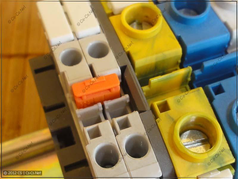 Установленная перемычка видна (другой цвет) и не требует изоляции