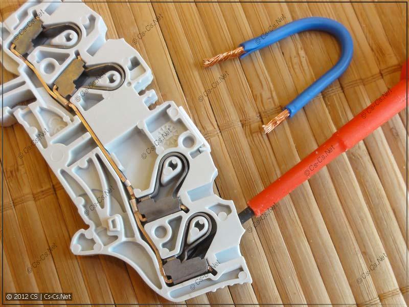 Для втыкания проводника надо отодвинуть пружину при помощи отвёртки