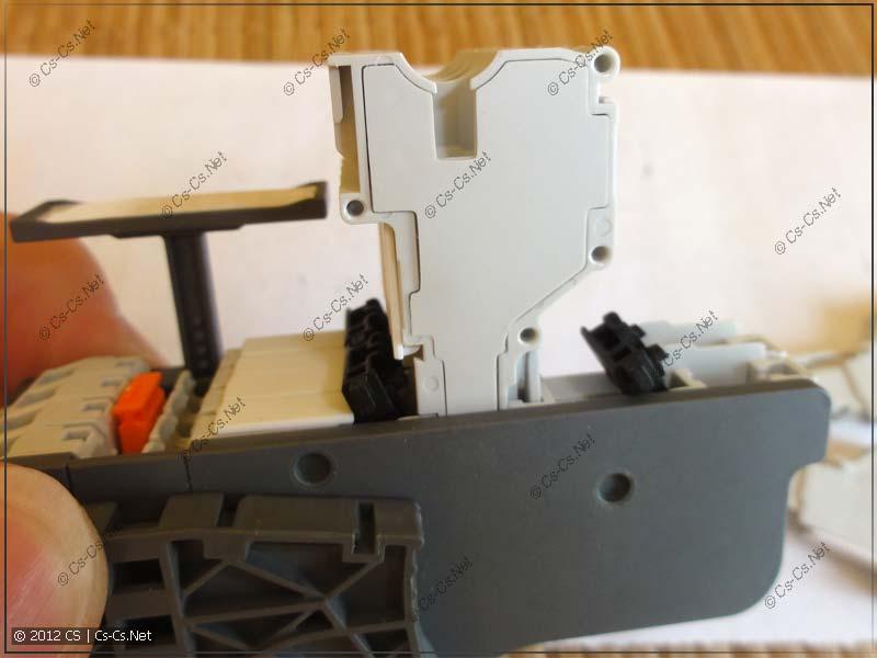 Для вытаскивания разъёма надо открыть специальные фиксаторы