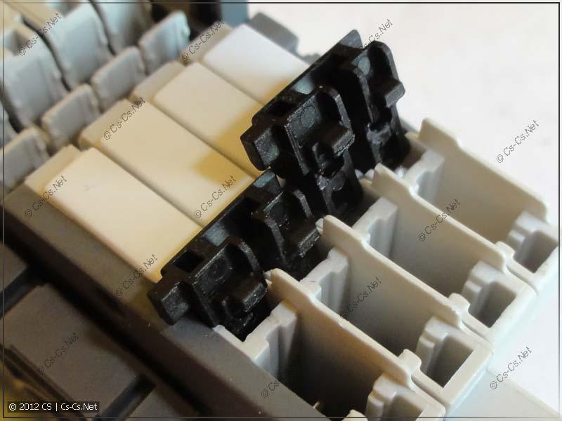 Фиксаторы поставляются отдельно и защёлкиваются в клеммы