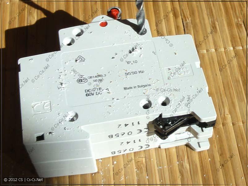 Препарируем рубильник E202r 63: высверливаем заклёпки