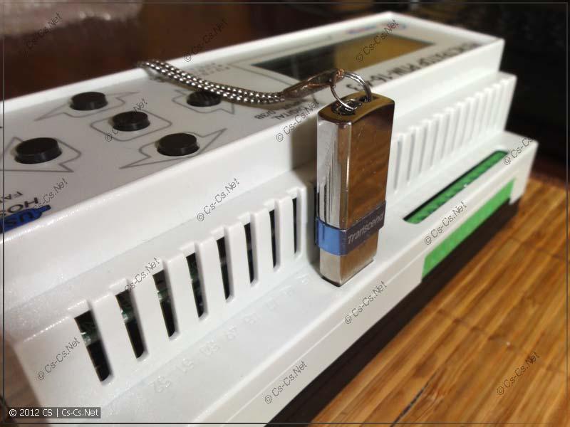 Вставленная флешка выпирает над корпусом регистратора и не даст закрыться щитку