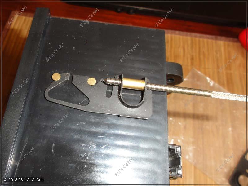 Защёликвающиеся крепления прибора к передней панели щита