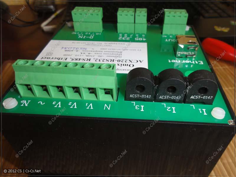 Мелкие трансформаторы тока и клеммы для подключения измеряемой сети