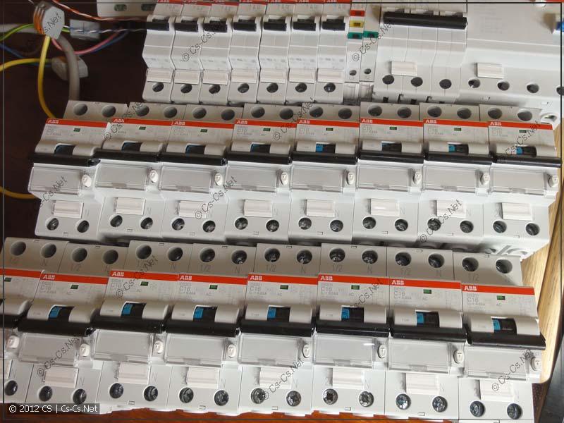 Компоненты для сборки щитка заготовлены для маркировки