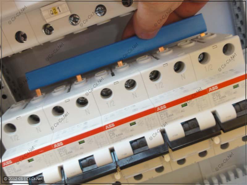 Нули рядом стоящих (однотипных) дифавтоматов соединяем гребёнкой PS1/57N