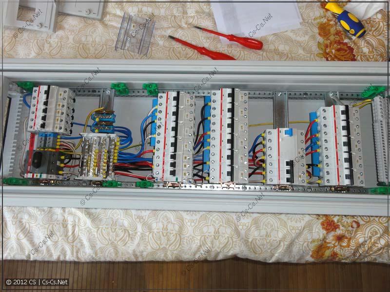 Внутренний монтаж силового трёхфазного щитка при помощи кросс-модулей