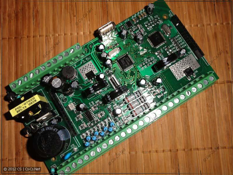 Внешний вид основной платы: источник питания, микроконтроллер NXP, преобразователи