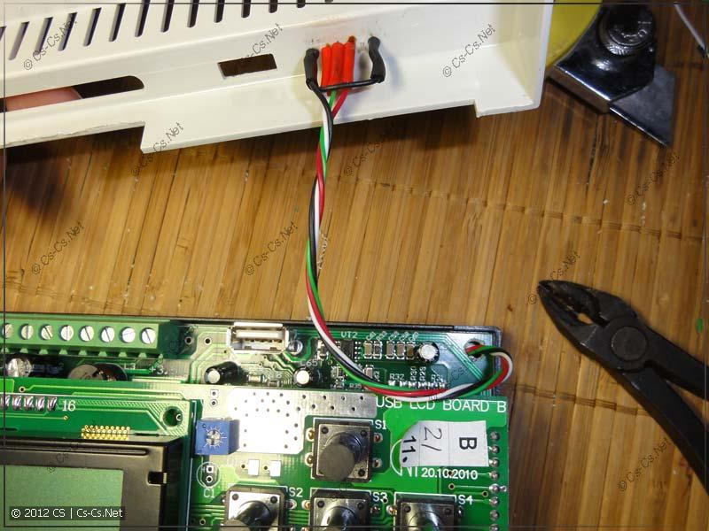 Параллельно внутреннему USB-разъёму паяем шлейф на внешний