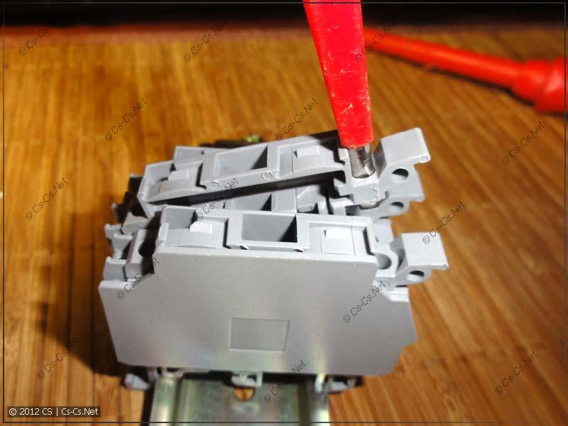 Клемму из середины блока можно удобно открыть при помощи отвёртки