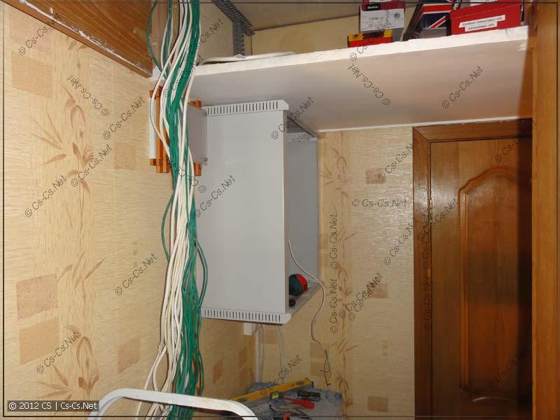Все кабели вынуты из шкафа, повешен новый шкаф (побольше)
