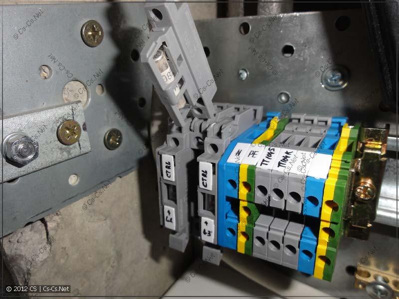 Для защиты измерительного ввода в силовом щитке установлены клеммы с предохранителями