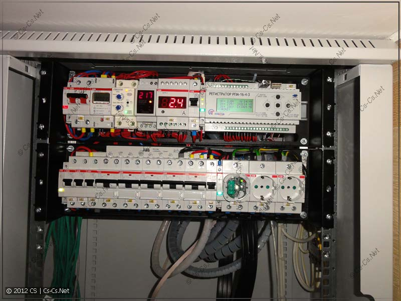 Силовой щиток и регистратор в нём подключены и поставлены на место