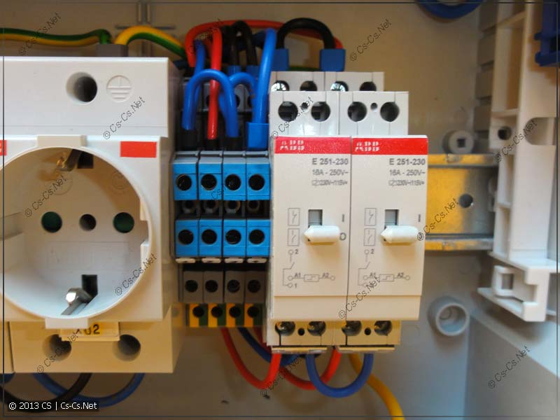 Импульсные реле для управления светом и клеммы для подключения линий