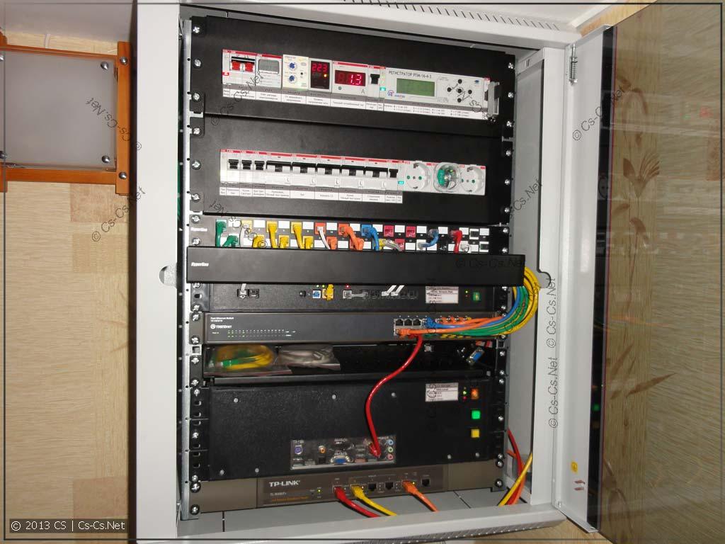 """Мой домашний 19"""" шкаф с красивыми патч-кордами и кабельным органайзером"""