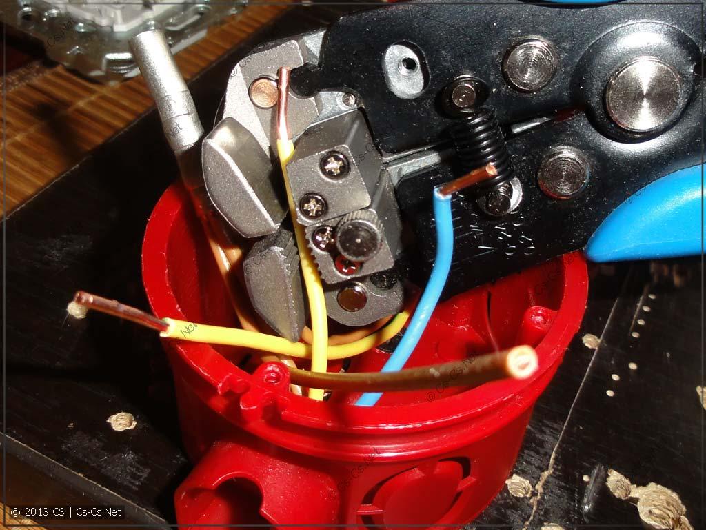 Зачищалка влезает в подрозетник, удаётся зачистить короткий провод