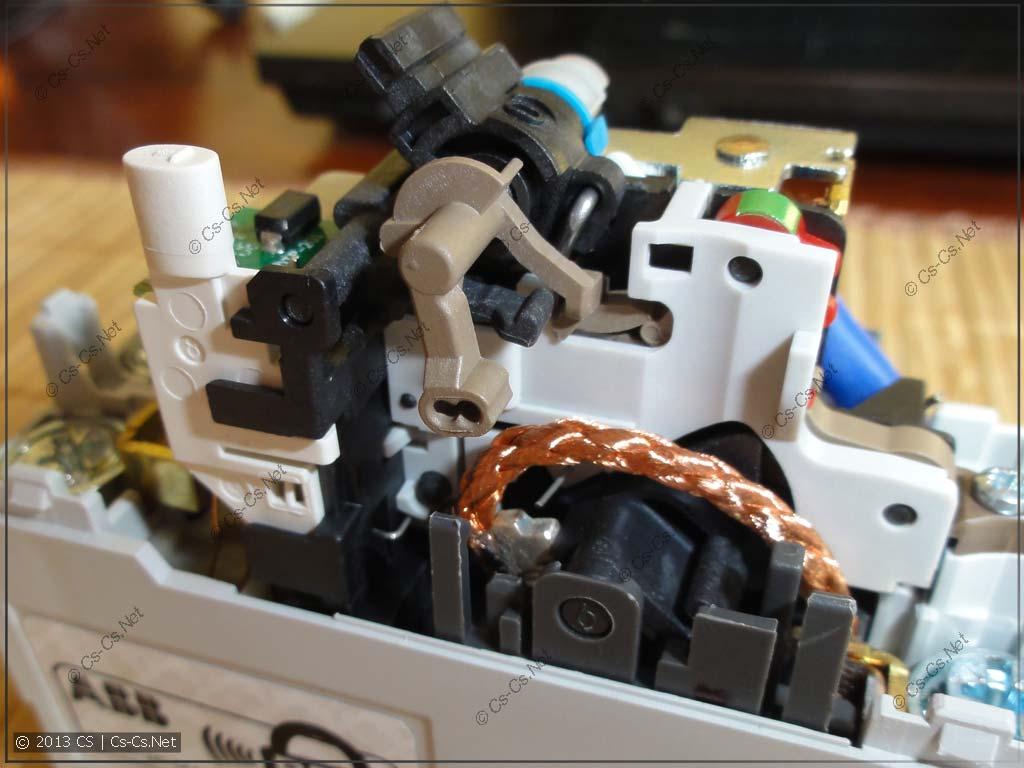 Механическая часть начинки: привод контактов
