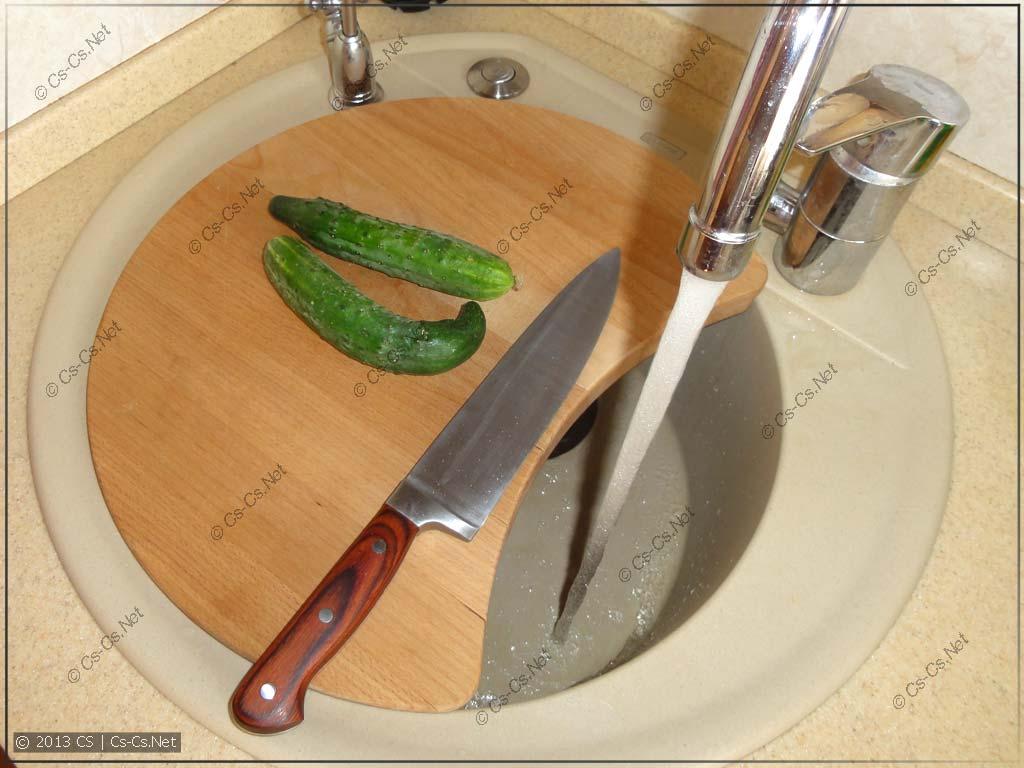 Использование доски для мойки: можно сразу резать салатик и измельчать отходы