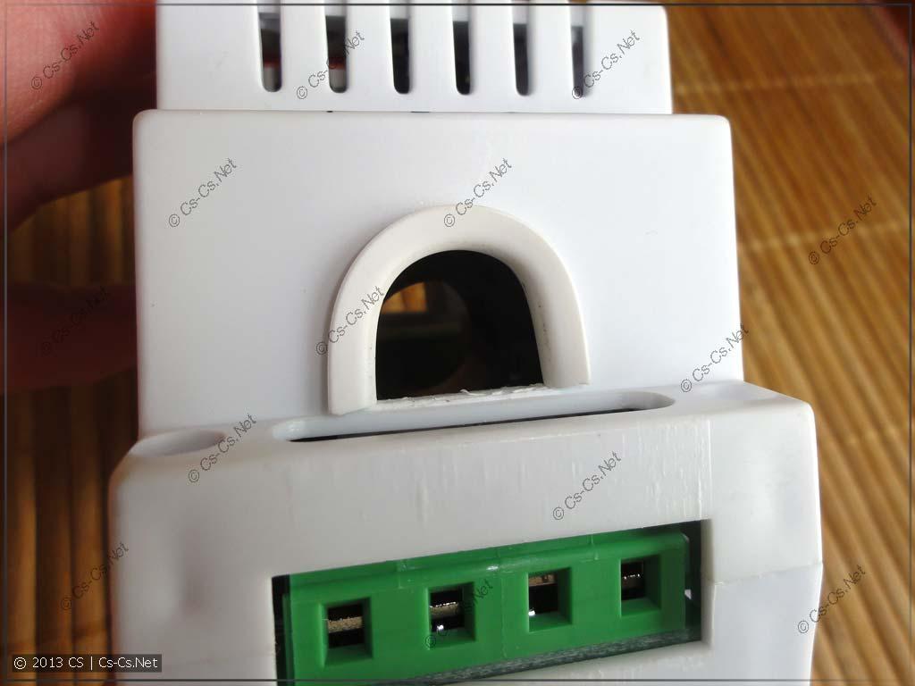 Канал для пропихивания провода, в котором измеряется ток