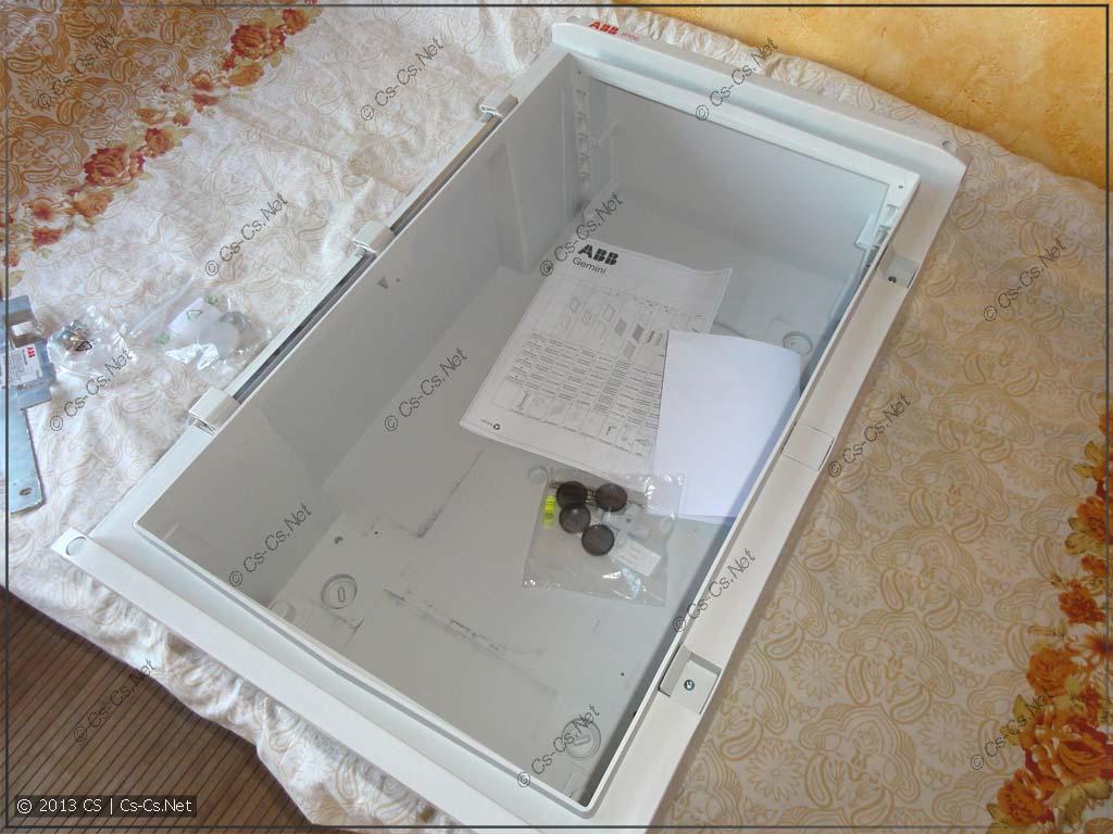 Общий вид поставки шкафа: корпус и инструкция