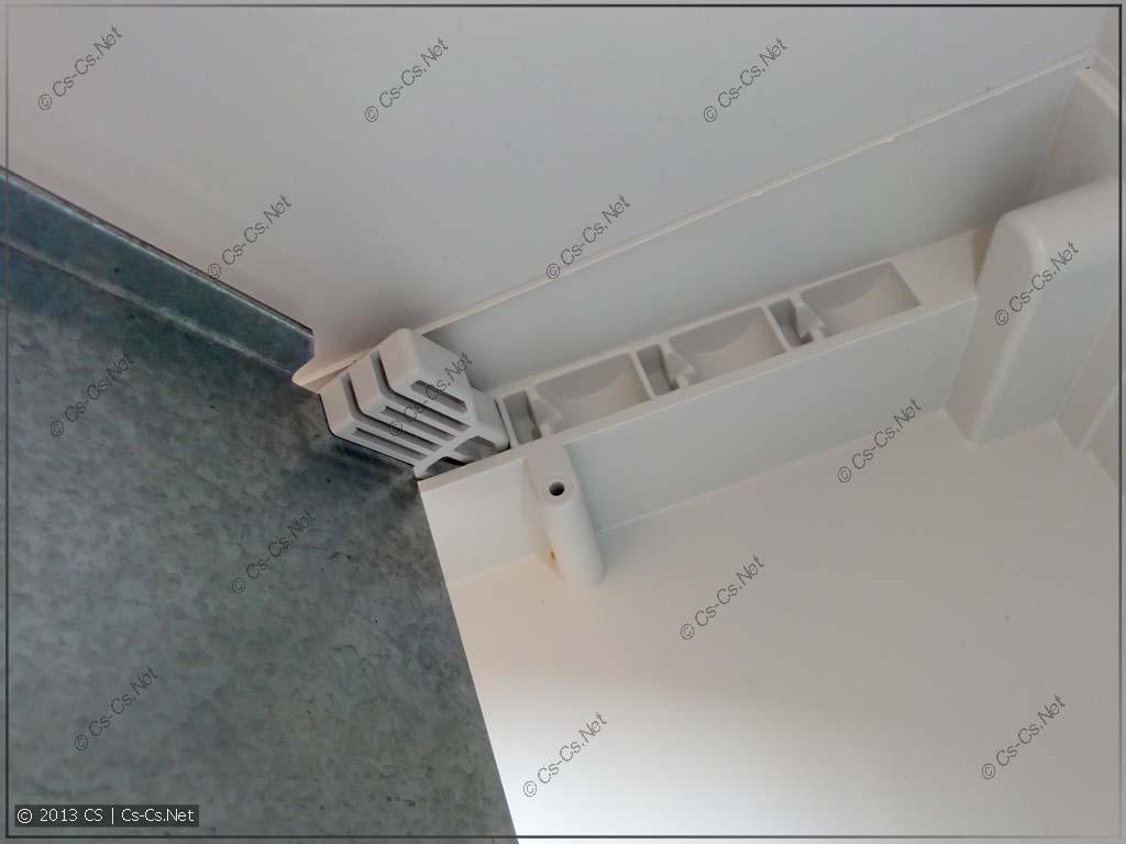 Упираем нижние защёлки в пазы шкафа