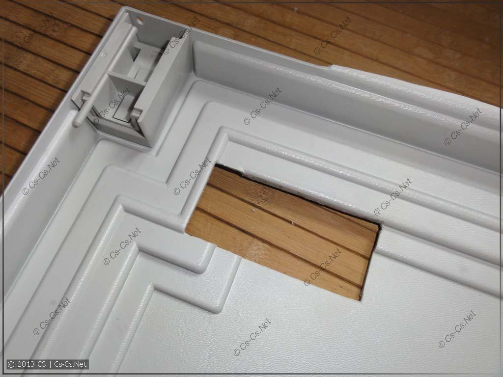 Окошко во внутренней двери крупным планом