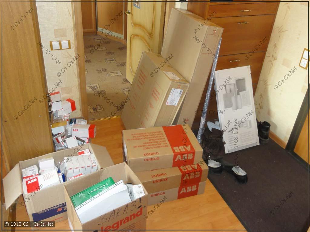 Завал входа в квартиру после очередной доставки от Валентиныча