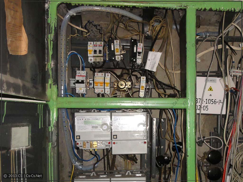 Из этажного щитка выкинуты старые автоматы и сделан новый ввод