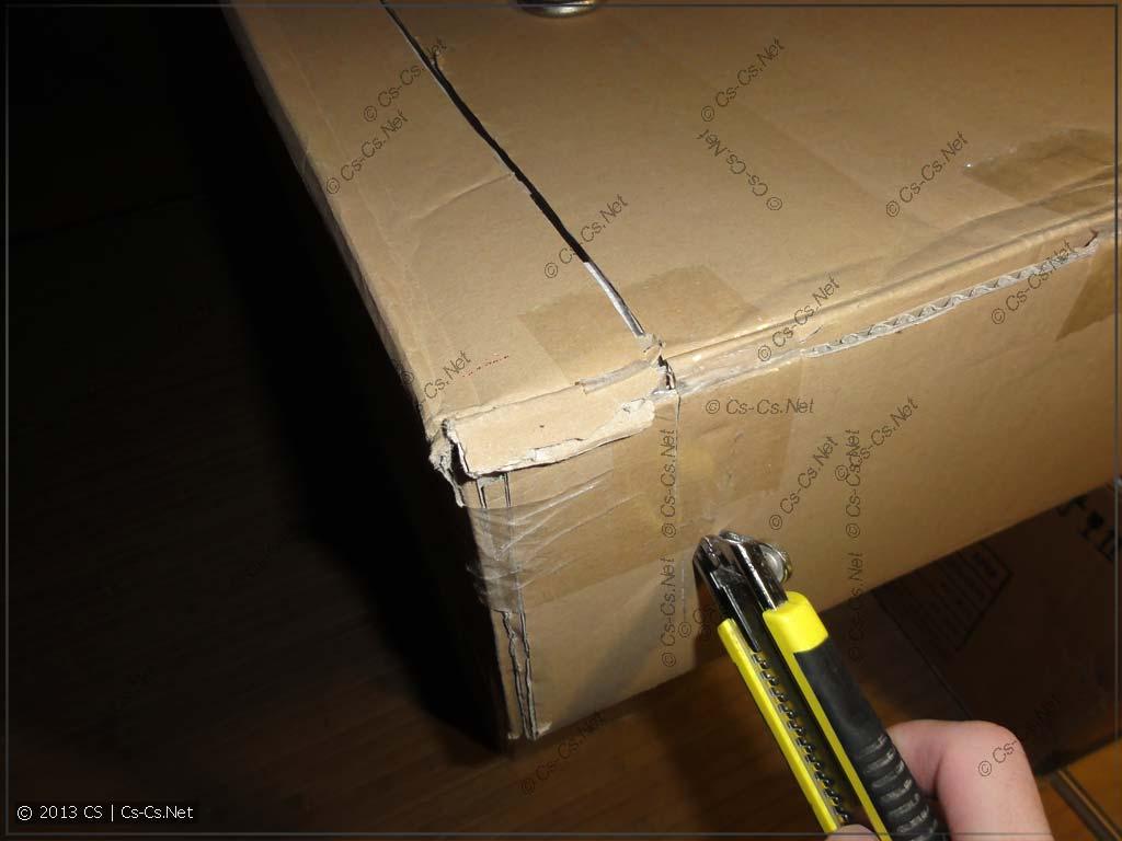 Видимо, вот именно так коробку ножом и вскрывали