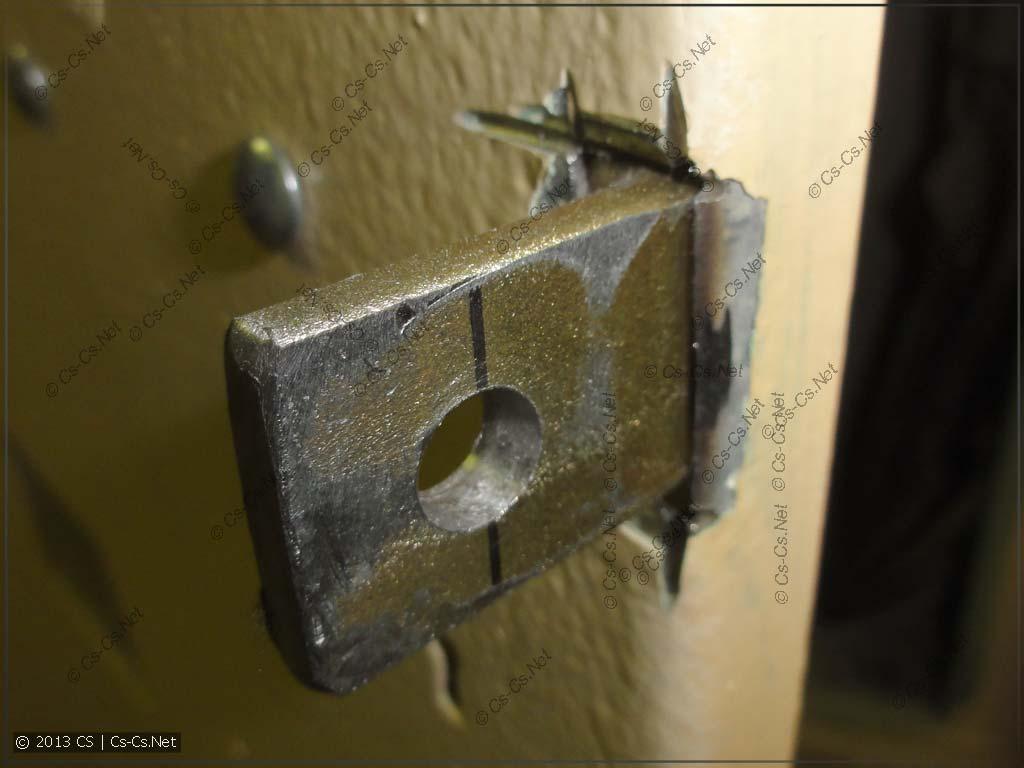 Монтаж ушка для замка спереди дверцы щита