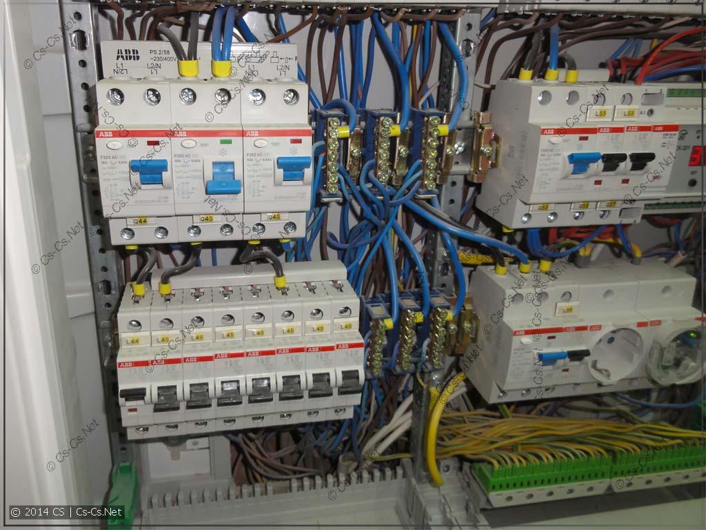Придурочный мастер пропихал все провода за DIN-рейками
