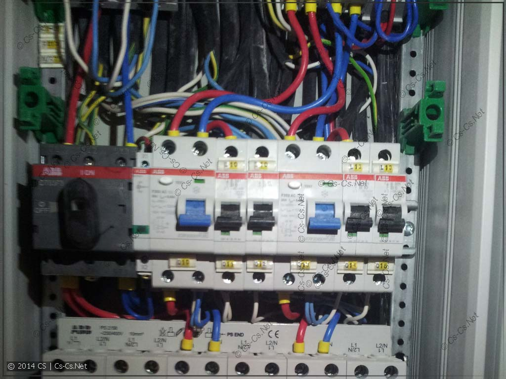 В УЗО запихано совсем не то количество проводов, которое подсчитано