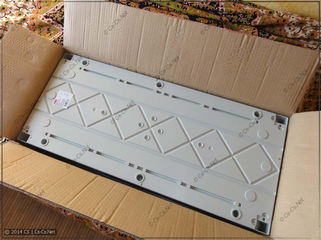 Внимание - коробку распаковываем с ЗАДНЕЙ стороны!