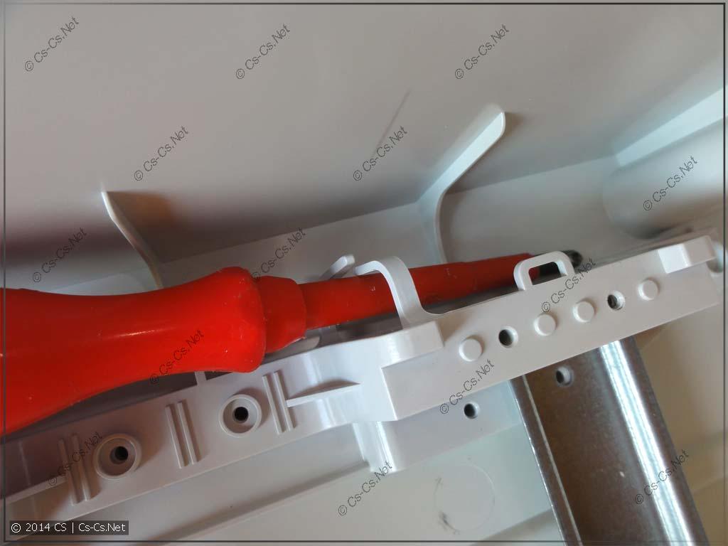 Для укладки проводов есть держатели по бокам рамы щитка